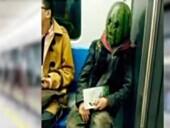 """直击地铁里的奇葩装扮 """"西瓜哥""""吓坏群众"""